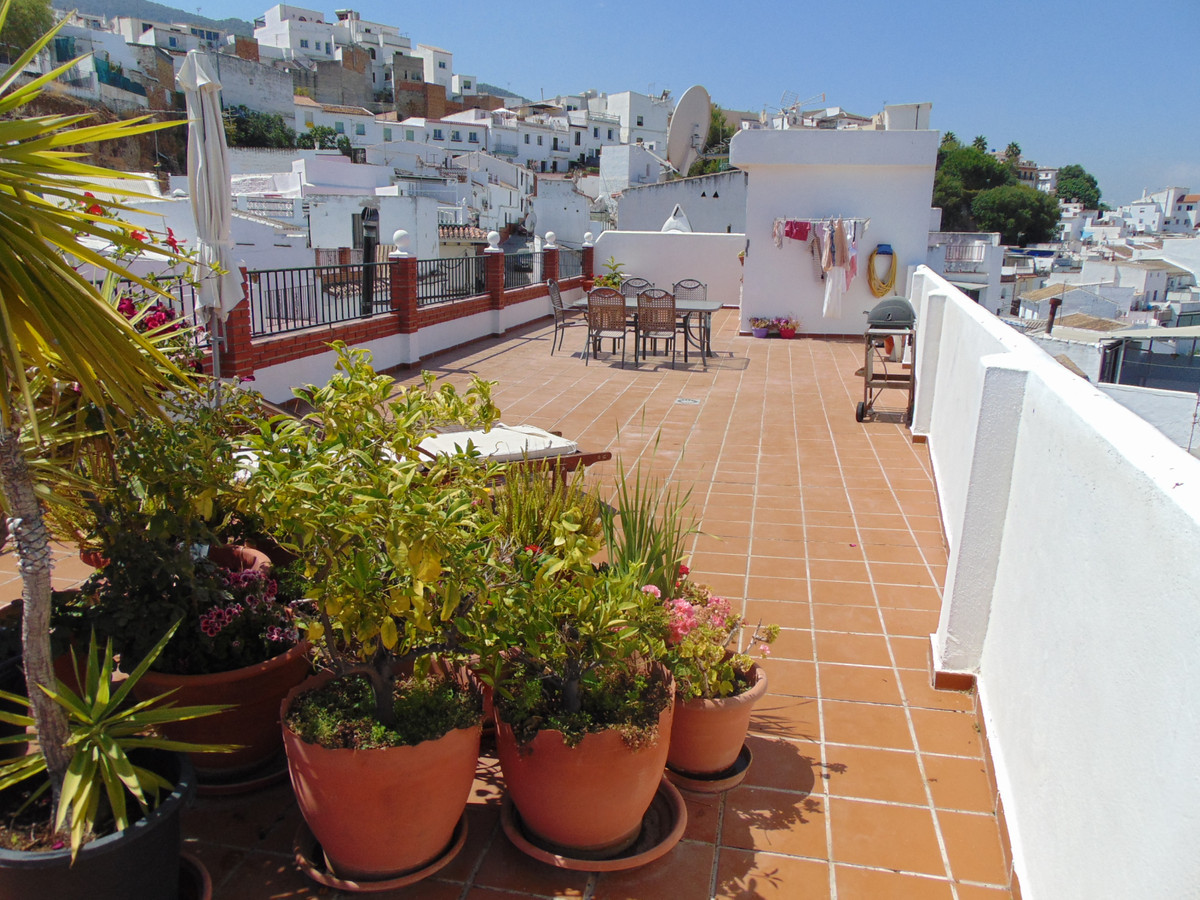 Spacious 3 bedroom Penthouse with Fantastic 100mtr2 Roof Terrace. In a purpose built Property with o,Spain