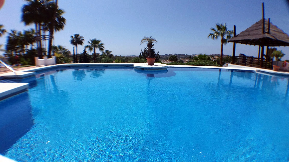 High Quality 3 bedroom 2 bathroom Apartment overlooking Gardens. Located in Higher Nueva Andalucia c, Spain