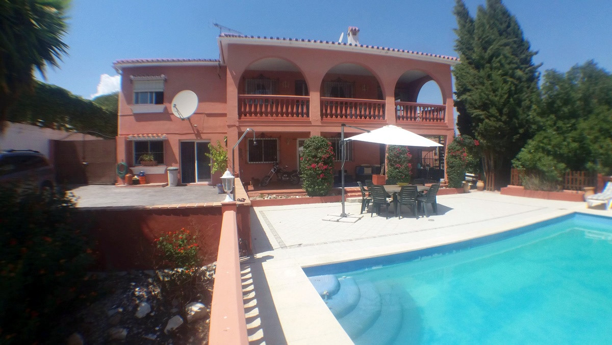 Substantial Country House 270mtr2 built. Close to Coin Town Centre, Tarmac access roads no track.  C, Spain