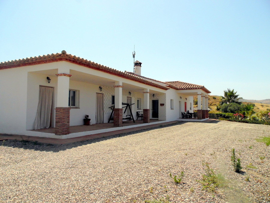 FULLY LEGAL.  This beautiful property built approx 13 years ago occupies an outstanding situation ju,Spain