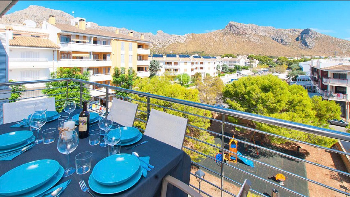 Amazing apartment with open panoramic views on the mountains and the garden, located on the 3d floor, Spain