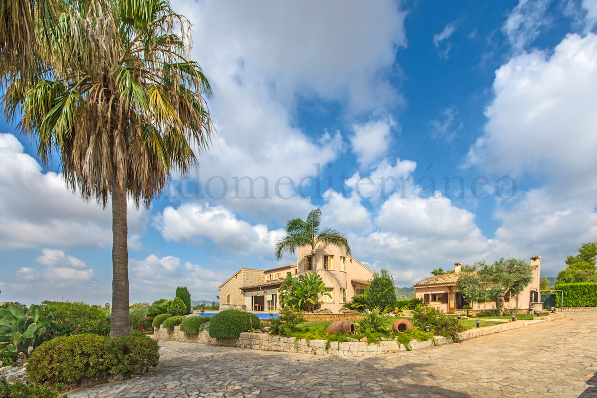 Detached house in the countryside just outside Inca, easy connection to Palma, is set in a beautiful, Spain