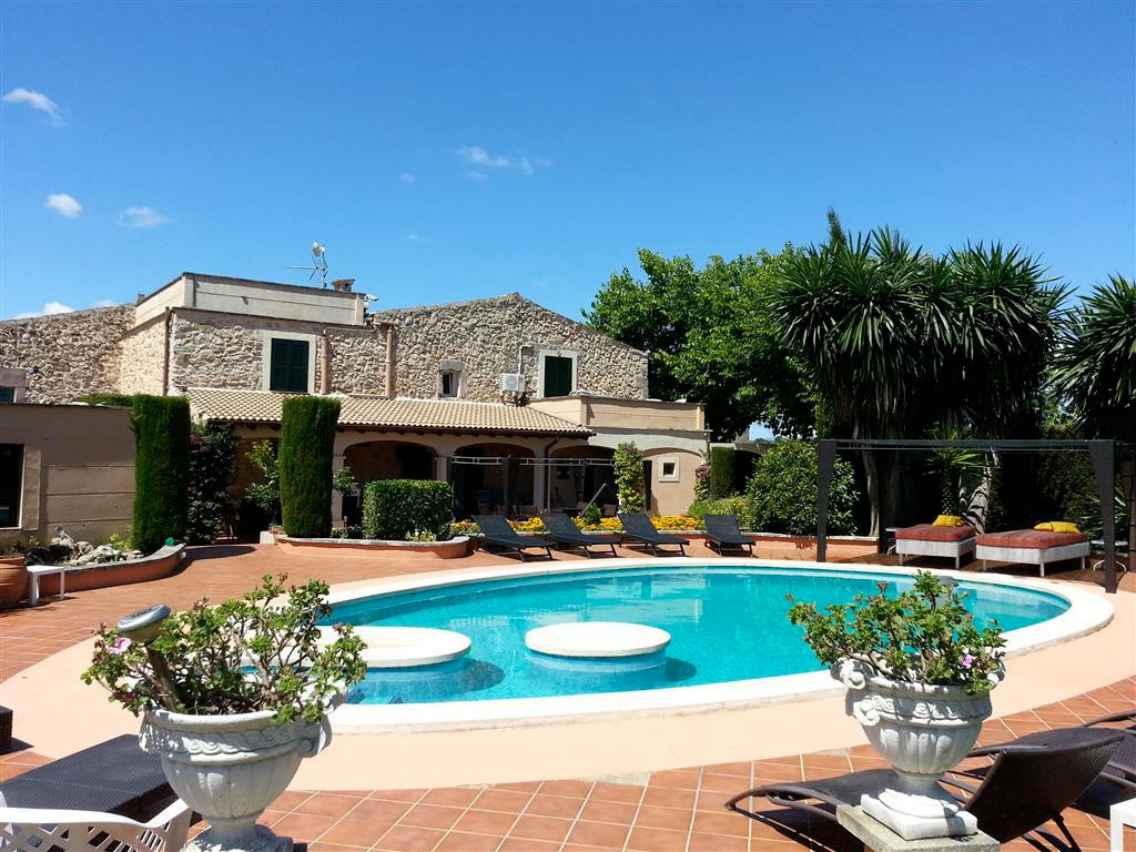 This old farmhouse (17th century) was reformed in 1996 and is a fantastic location for a fun filled ,Spain