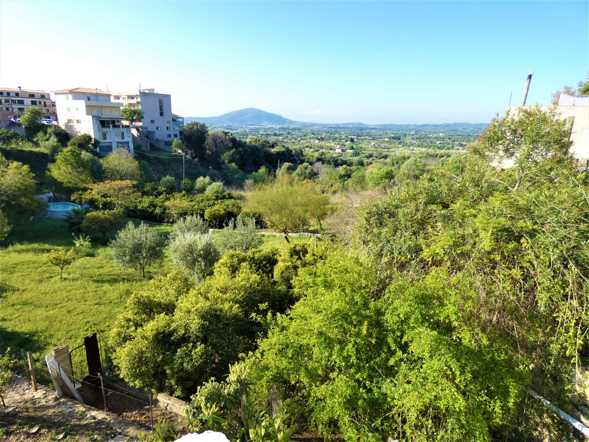 Perfectly located townhouse to refurbish completely. Lots of possibilities. Original details. Great , Spain