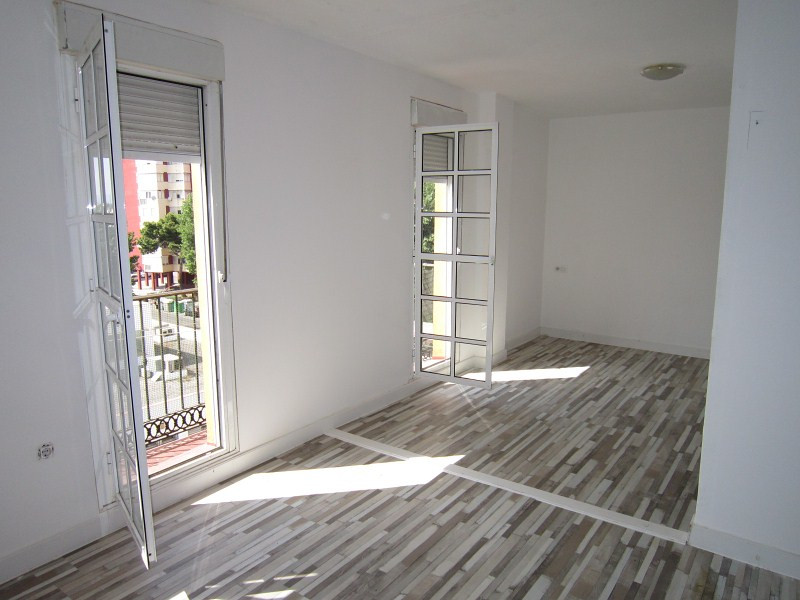 Beautiful three bedroom apartment in the vibrant town of La Linea.  This three bedroom apartment is ,Spain