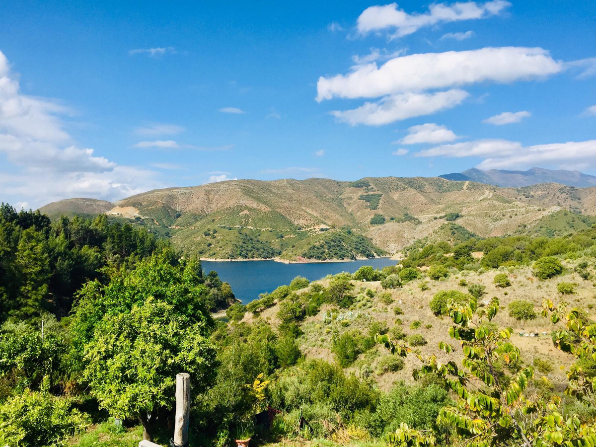 Beautiful rustic plot of over 8,200 meters with stunning views of the Istan Reservoir. It is built o,Spain
