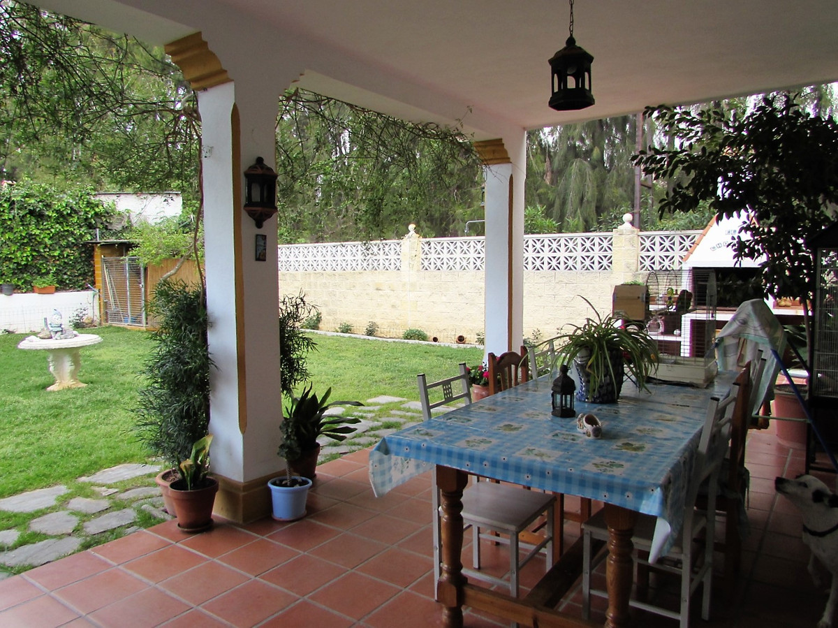 Fantastic one-family house in corner with an enormous garden of 262 m2, barbecue and a wide porch, i,Spain