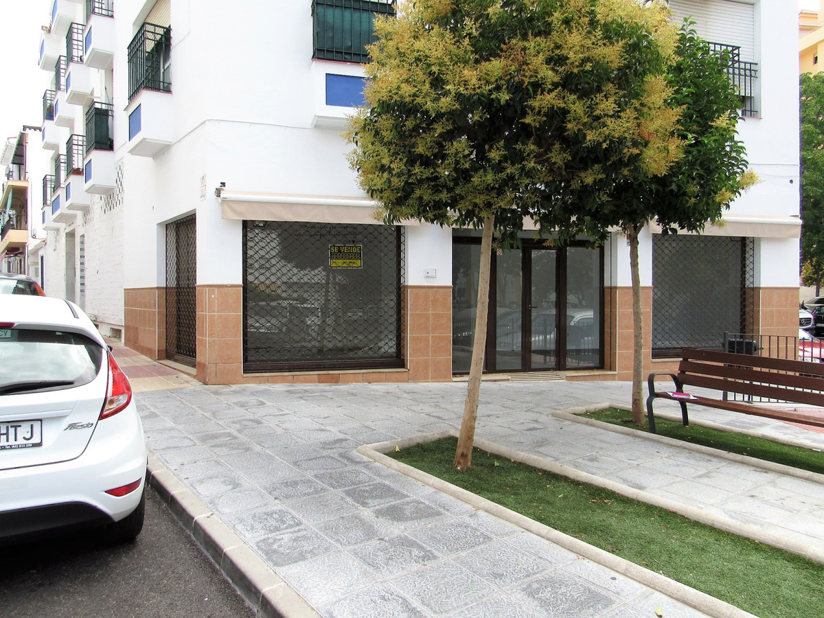 Great commercial space with large windows and lots of potential in the center of San Pedro Alcantara, Spain