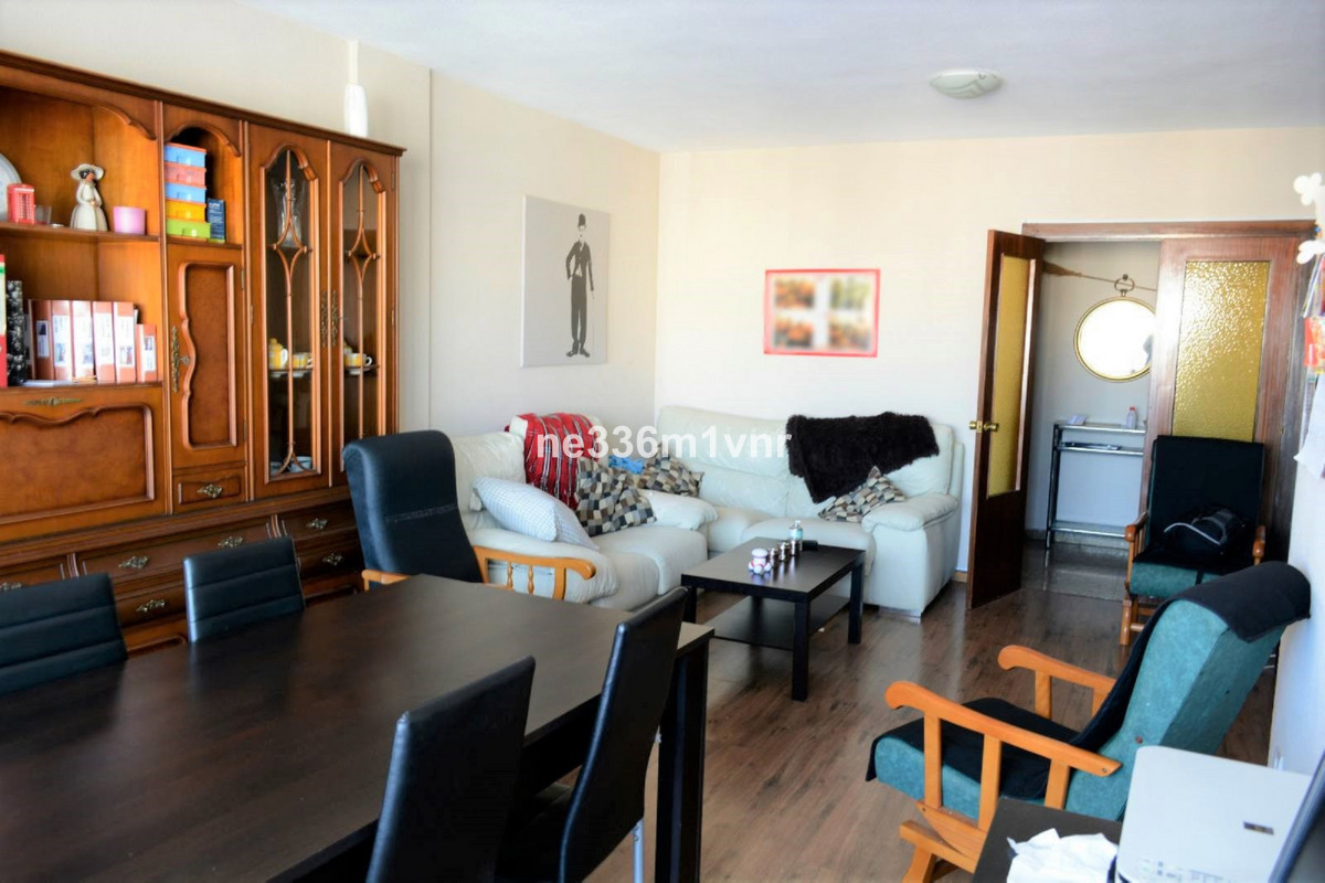 EXCELLENT SPACIOUS FLAT WITH TERRACE AND NEXT TO THE ENGLISH COURT!  The property consists of 177 m2, Spain