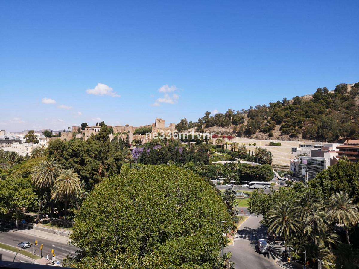 WIDE FLOOR OVERLOOKING THE CITADEL!  It is an apartment located in one of the best and most famous a,Spain