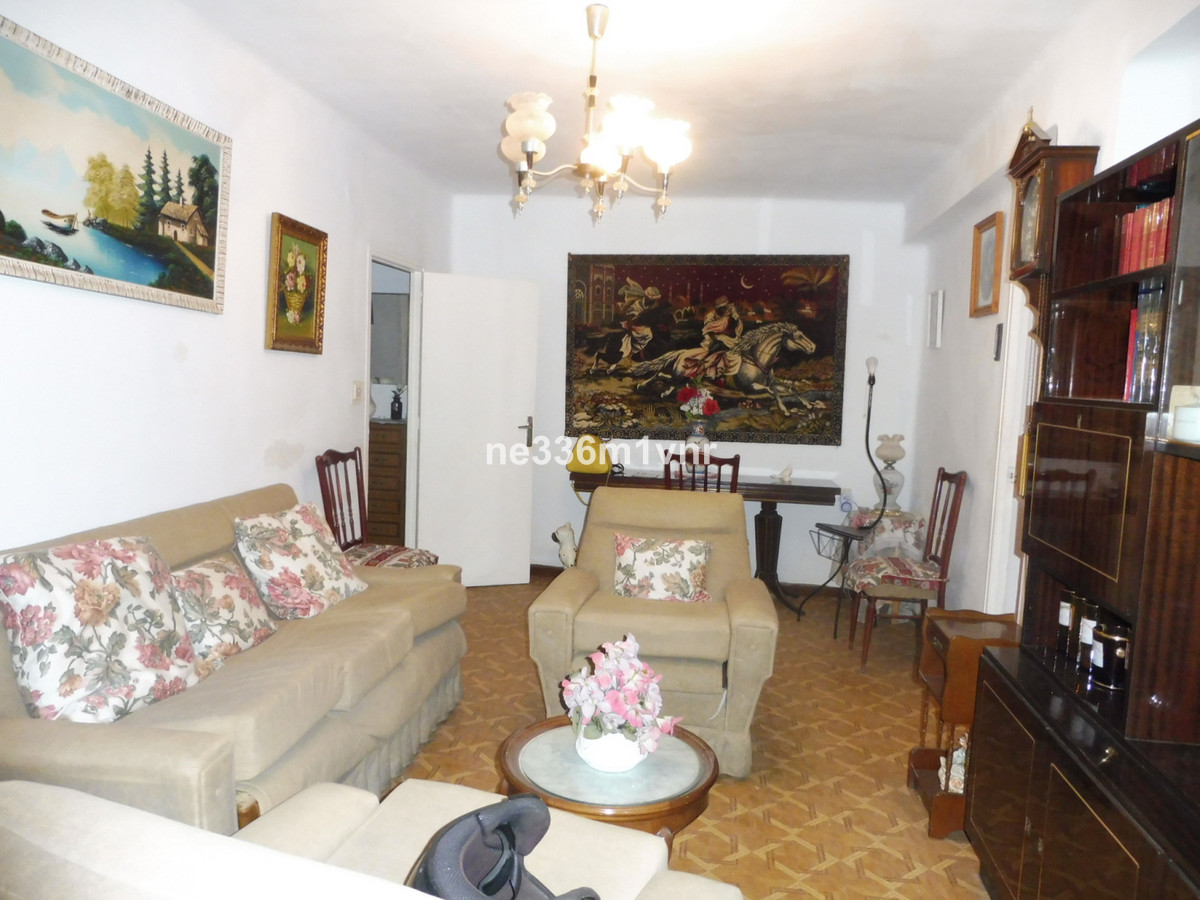 INVESTMENT OPPORTUNITY IN HOUSING TO REFORM! . Property located 10 minutes walk from the Vialia Shop, Spain