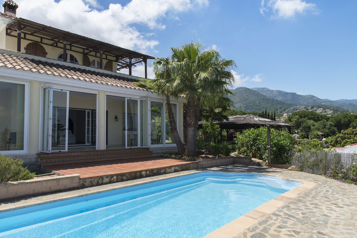 Bright and spacious villa situated on a cul de sac hill side urbanization with panoramic views of th,Spain