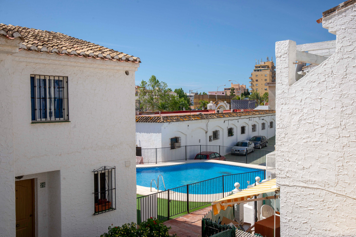 Beautifully presented end of terrace house in a beautifully kept small urbanization in the heart of , Spain