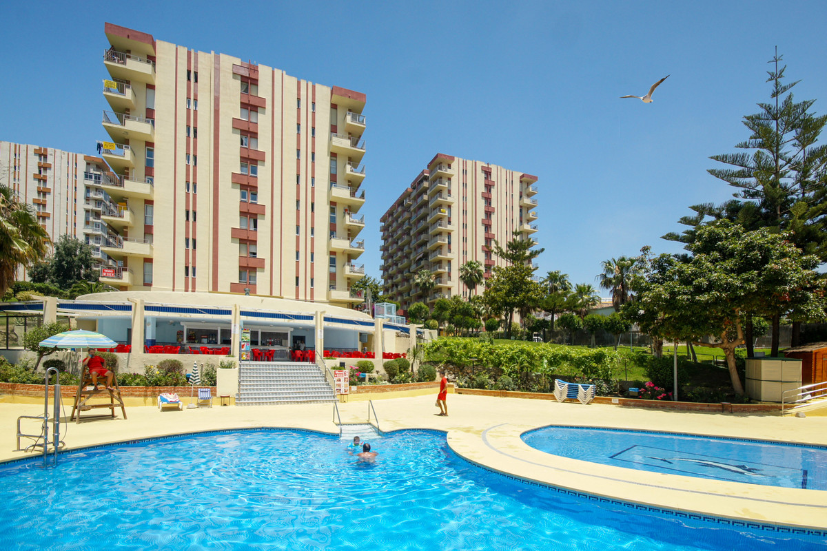 Excellent investment property or holiday home. This fourth floor studio is in one of Benalmadena Cos, Spain