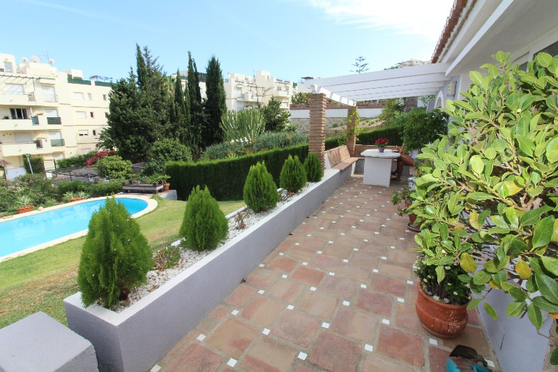 Spacious large villa located in a nice area, with private pool in the garden. There are terraces alm,Spain
