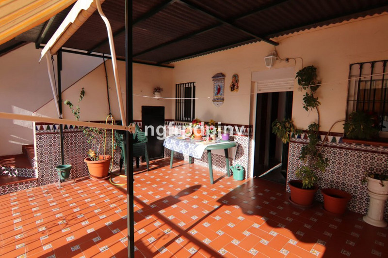 Townhouse, Benalmadena Costa, Costa del Sol. 3 Bedrooms, 2 Bathrooms, Built 155 m².  Setting : Town, Commercial Area, Close To Shops, Close To Town, Close To Schools. Condition : Good. Features : Covered Terrace, Lift, Fitted Wardrobes, Near Transport, Storage Room. Furniture : Part Furnished. Kitchen : Fully Fitted. Category : Investment, Resale.