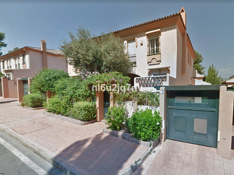Very spacious purpose built 5 double bedroom semi detached villa, which is situates with easy walkin,Spain