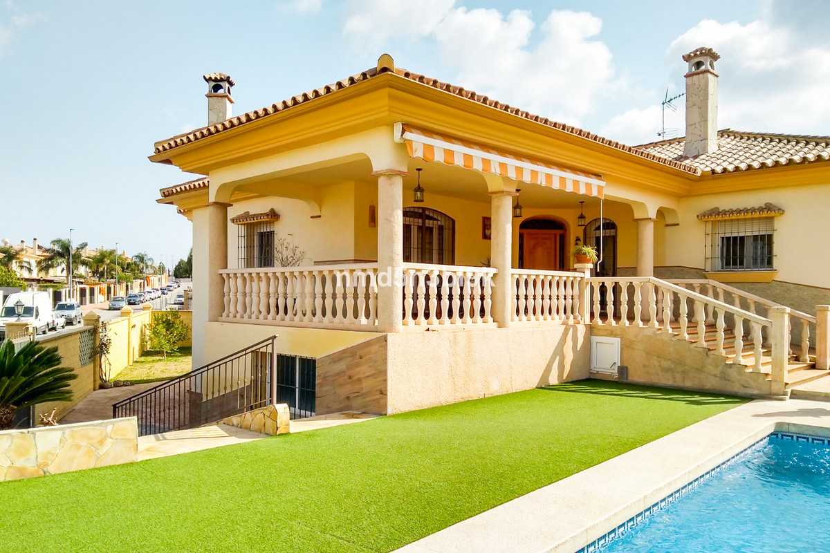 Beautiful detached house of 301 m2 with excellent qualities, on one floor with basement. Built on a ,Spain
