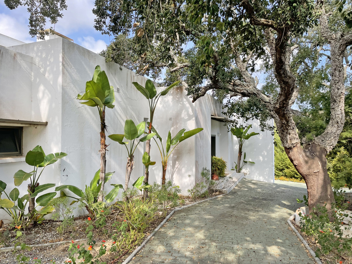 This property has plenty of potential, with a lovely bright interior courtyard, enclosed with glass ,Spain