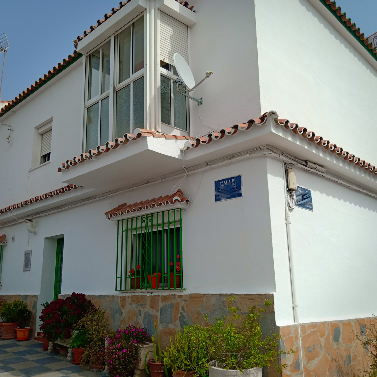 Semidetached townhouse in the commercial area of Pueblo Nuevo. Two storey 5 bedroom house in good co,Spain