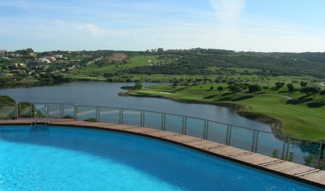Sotogrande Alto : Large 3 bedroom 3 bathroom luxury apartment with wonderful views overlooking Almen, Spain