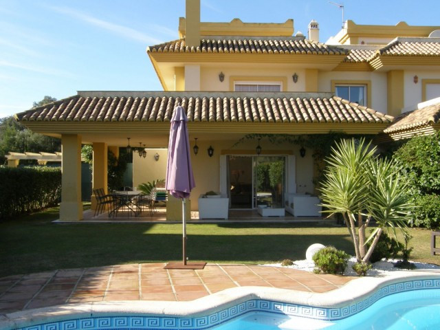 San Roque Golf and Country Club: 4 bedroom semi detached villa front line golf. The property is in i,Spain