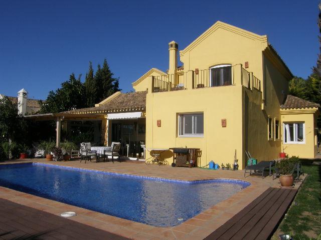 Sotogrande Alto: 4 bedroom villa overlooking Almenara and San Roque golf. 4 bathrooms, living room w,Spain