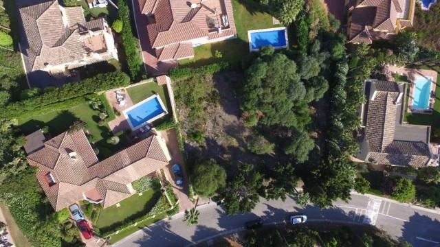 Sotogrande Alto: Construction plot for one villa. Excellent location, distant sea views. 24 hour sec,Spain