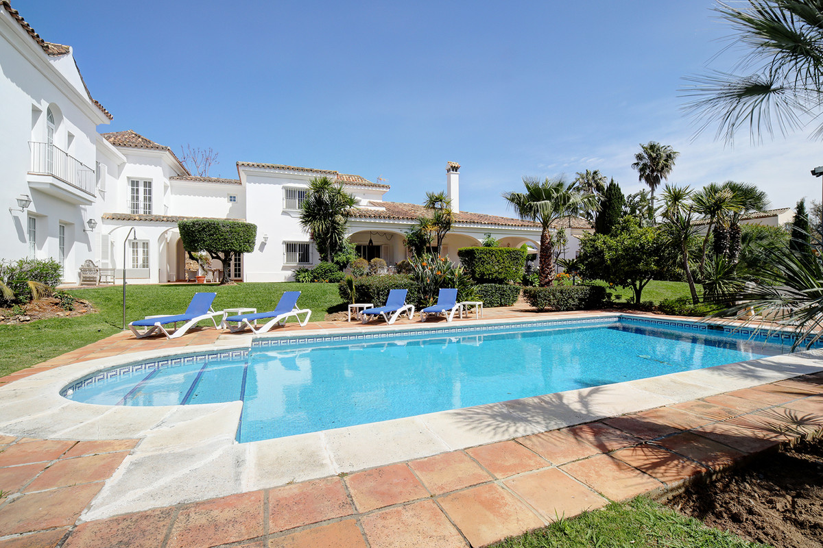 Welcome indside this very spacious yet private family home located in the central area of Sotogrande, Spain