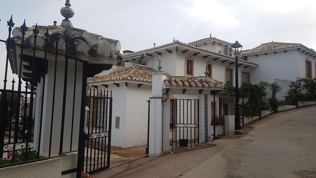 A lovely apartment in the village of Mijas walking distance to all amenities. The property has panor,Spain