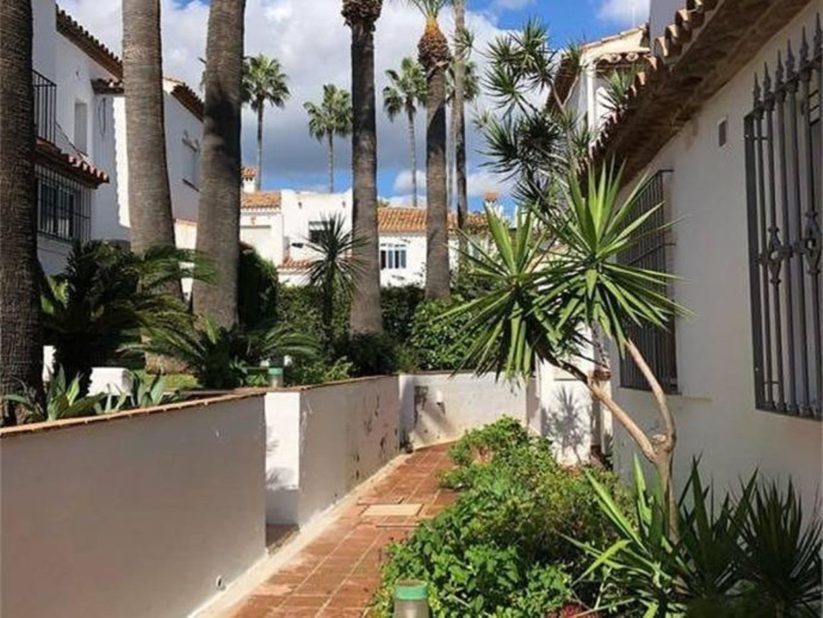 This lovely townhouse is perfectly located between Estepona and Marbella lon a cosed urbanisation in,Spain