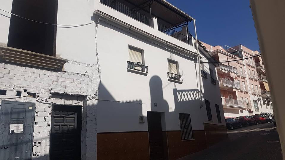 Super Large townhouse with a big garage for sale in Coin to renovate. Just a stones throw from the m,Spain