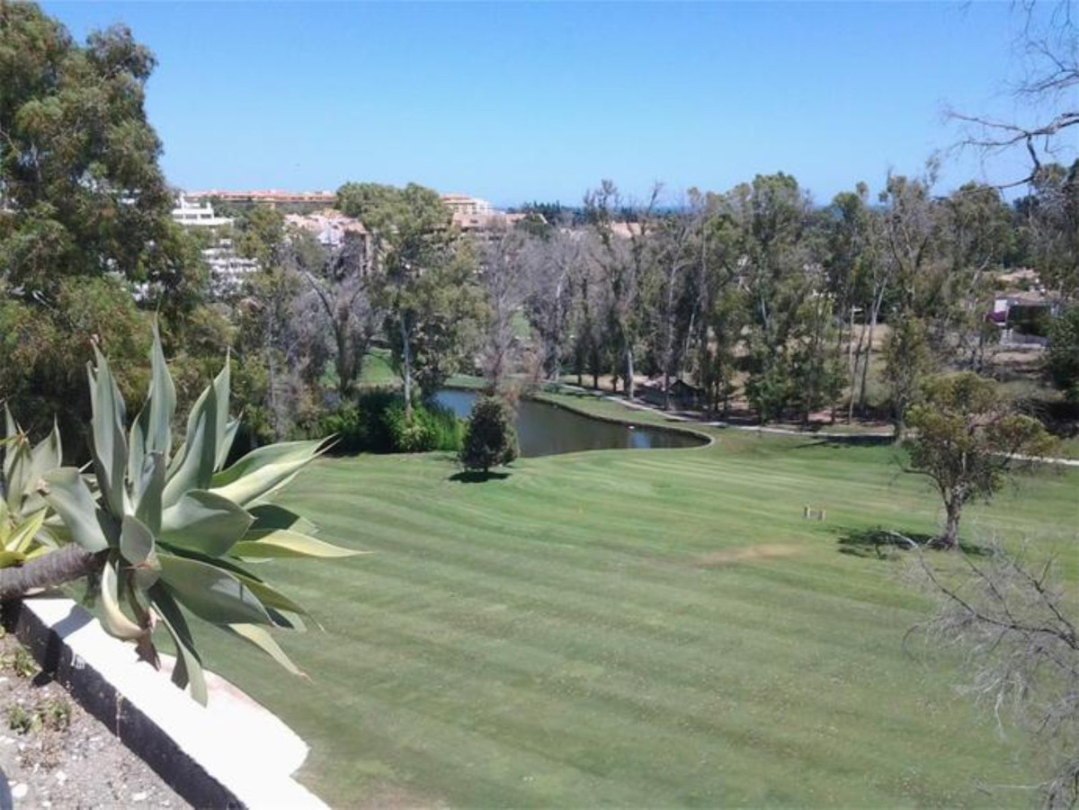 Incredible property in Guadalmina! This bright and comfortable duplex apartment is ideally located i,Spain