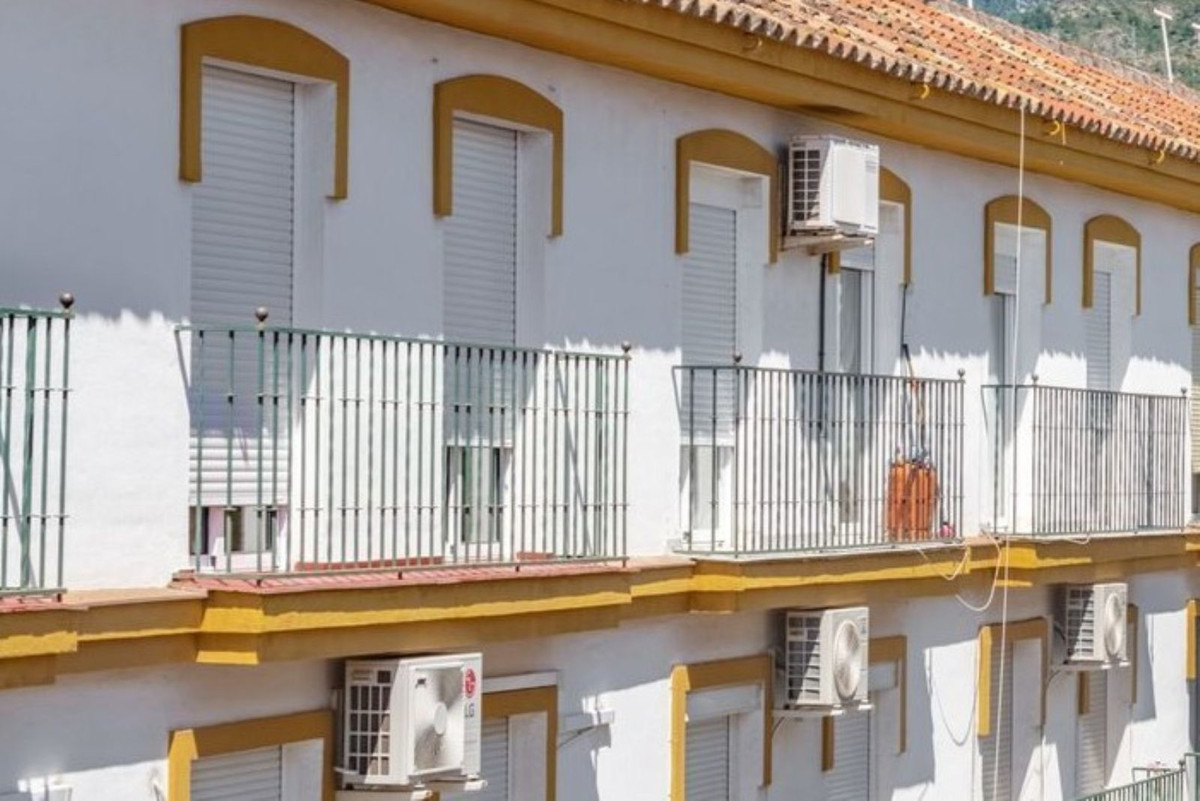 This spacious, bright, 3 bedroom apartment is right in the heart of Marbella !!  It is only 7 minute,Spain