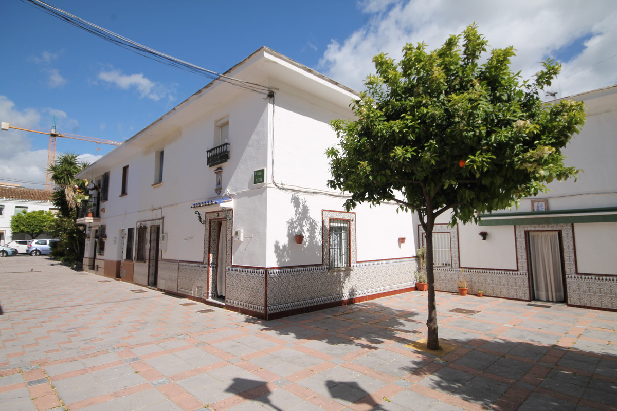Semi-Detached House, Fuengirola, Costa del Sol. 2 Bedrooms, 1 Bathroom, Built 67 m², Terrace 12 m².  Setting : Town, Beachside, Close To Shops, Close To Sea, Close To Schools. Orientation : South West. Condition : Renovation Required. Views : Street. Features : Near Transport, Private Terrace. Furniture : Part Furnished. Kitchen : Fully Fitted. Parking : Street. Utilities : Electricity, Drinkable Water. Category : Cheap, Investment.