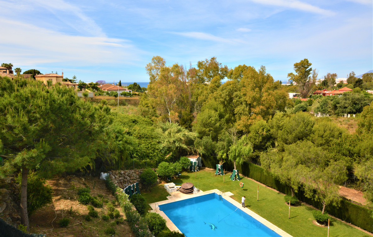 Fantastic  3 bedroom and 2.5 bathroom semi-detached house, located in a quiet urbanization with swim, Spain