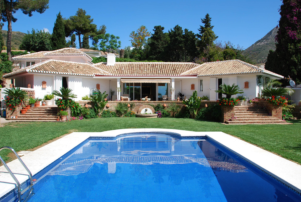 Beautiful Villa on a 1500m2 plot with a charming garden now for sale in the prestigious urbanization,Spain
