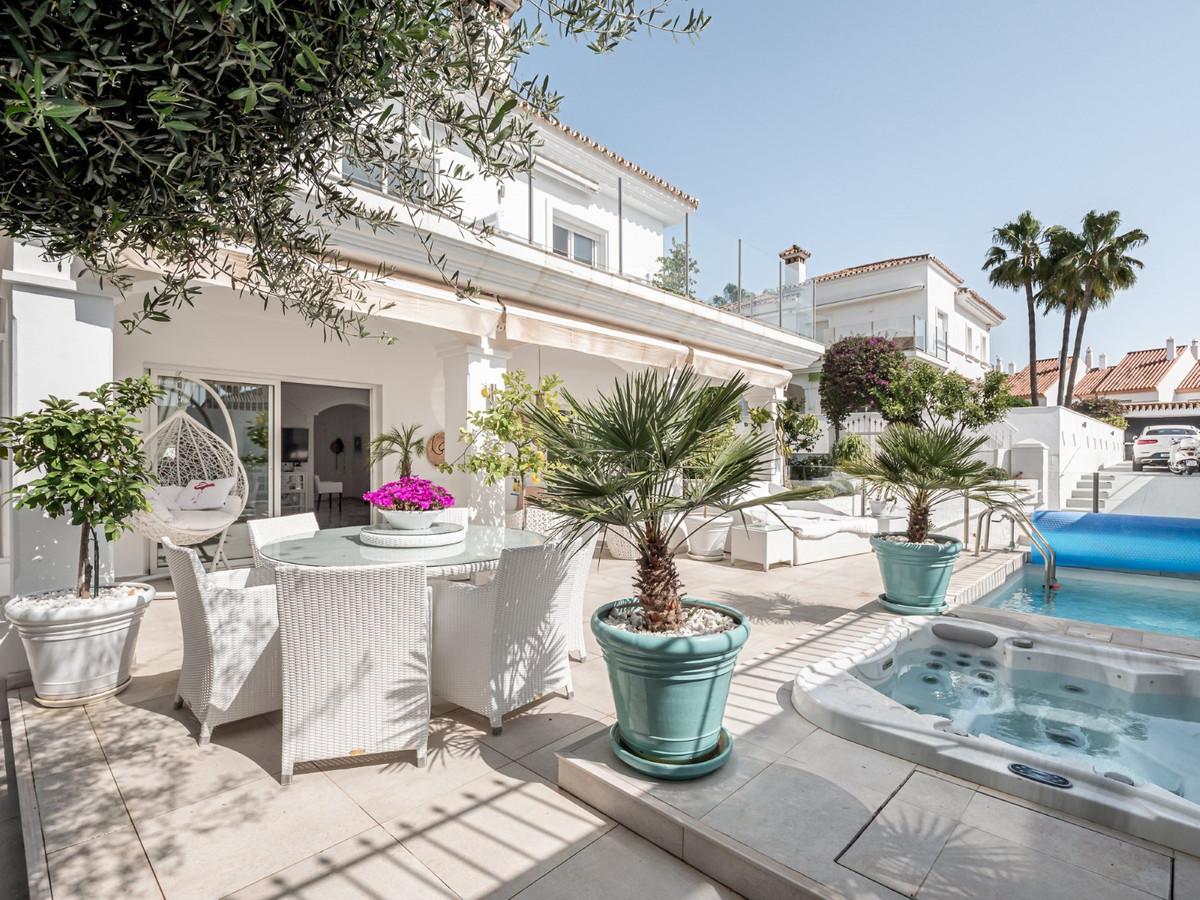 Detached Villa, Estepona, Costa del Sol. 5 Bedrooms, 5 Bathrooms, Built 295 m², Garden/Plot 446 m². ,Spain