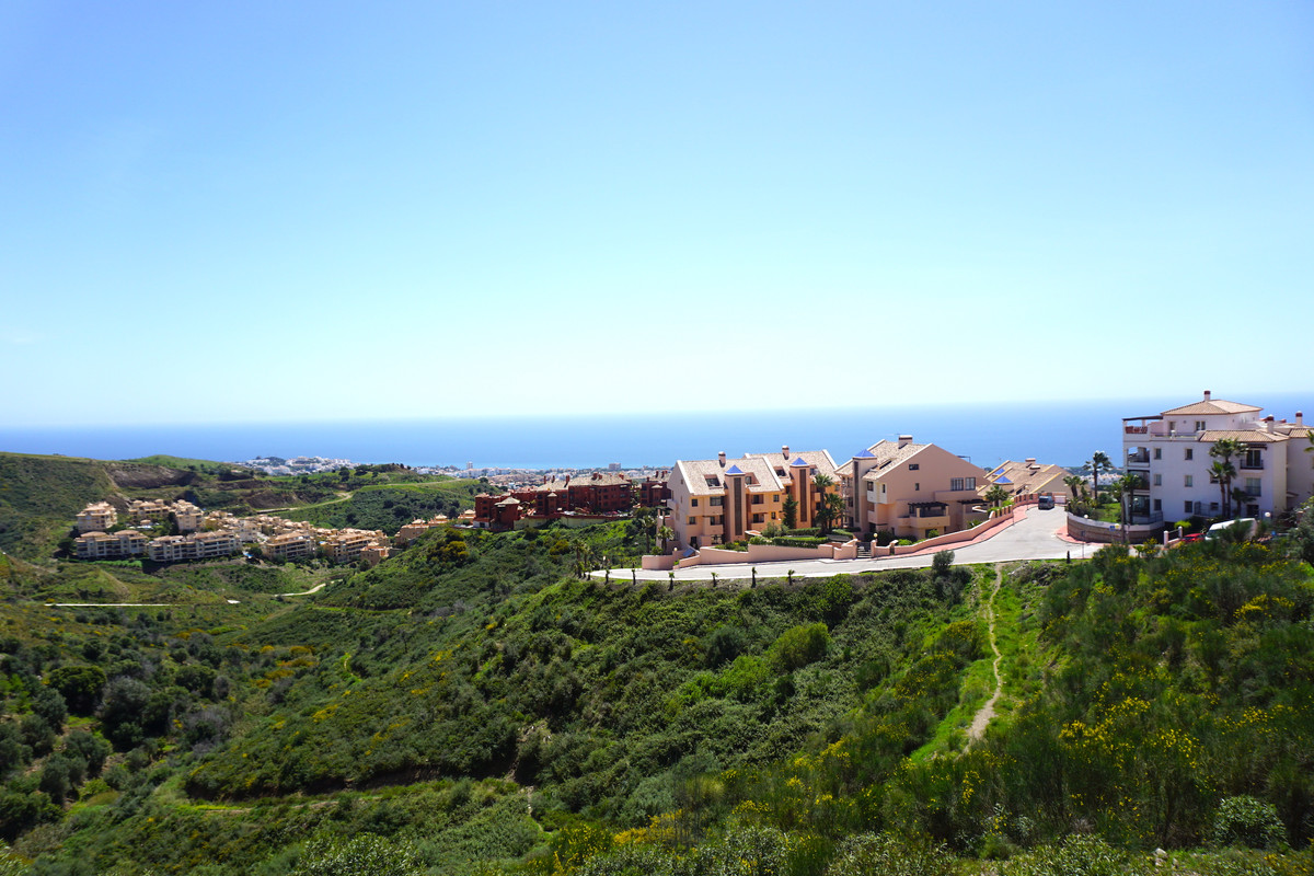 This very bright apartment is located in Calahonda in a gated private complex with communal swimming Spain
