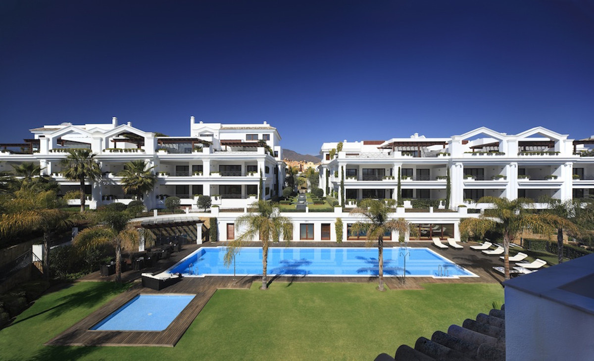 Middle Floor Apartment for sale in Estepona R3765868