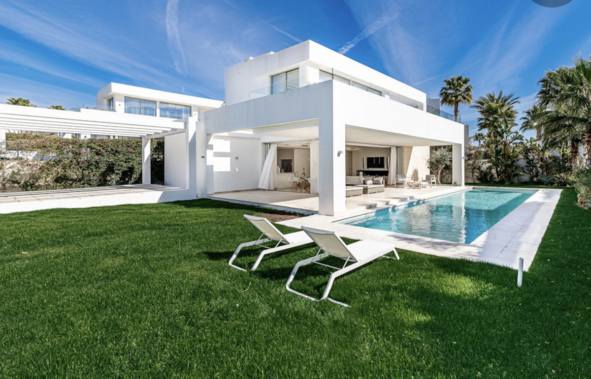 3 Bedroom Detached Villa For Sale Río Real, Costa del Sol - HP3673532