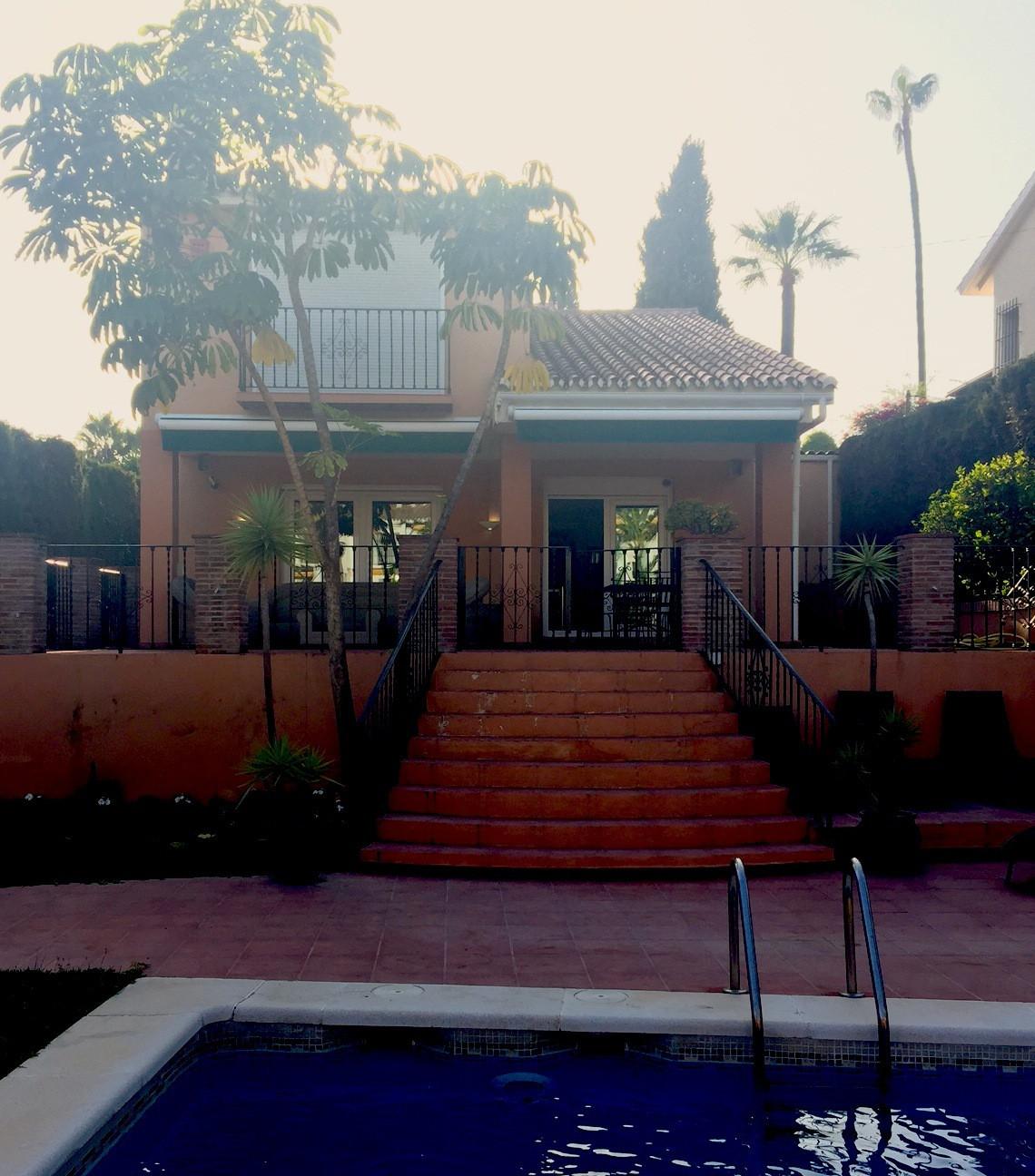 Villa  Independiente en alquiler  en Nueva Andalucía