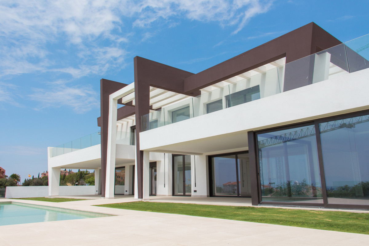 A superb modern front line golf villa with panoramic sea views.  This modern three levels villa with, Spain
