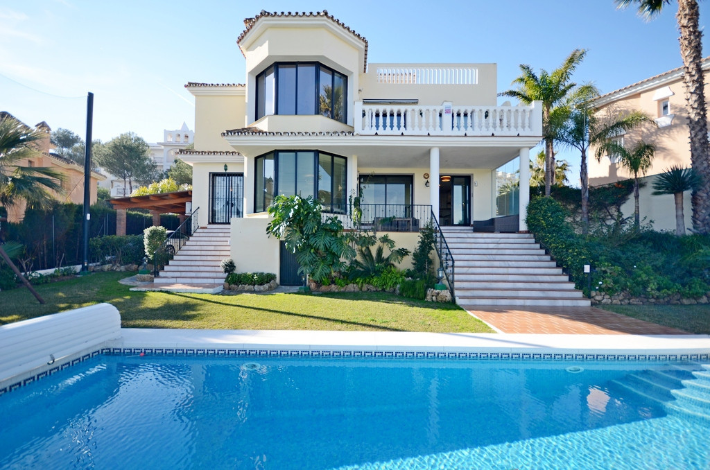 Beautiful villa with 4 bedrooms and 4 bathrooms with panoramic views to the golf course and the moun,Spain