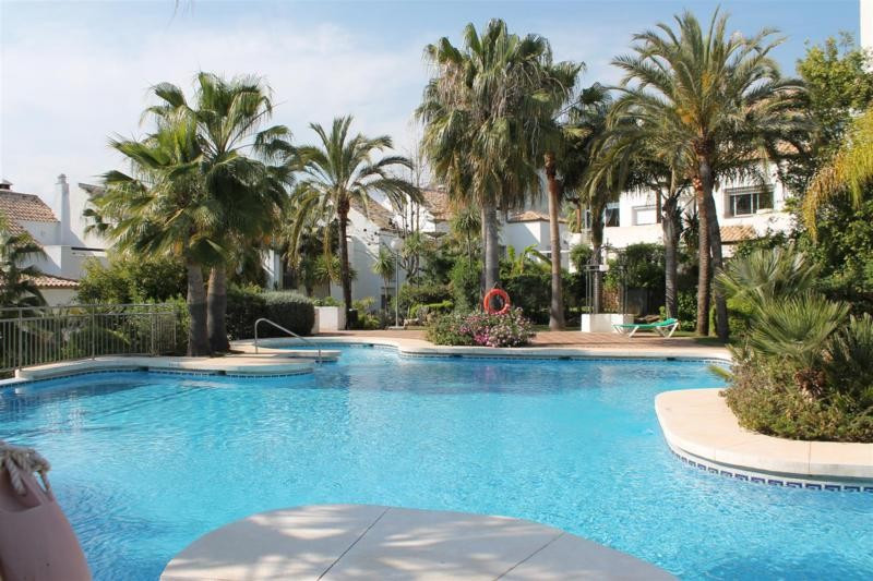 Nice townhouse in Golden Mile  just 300 meters from the beach .Gated community , 24 h security  Buil, Spain