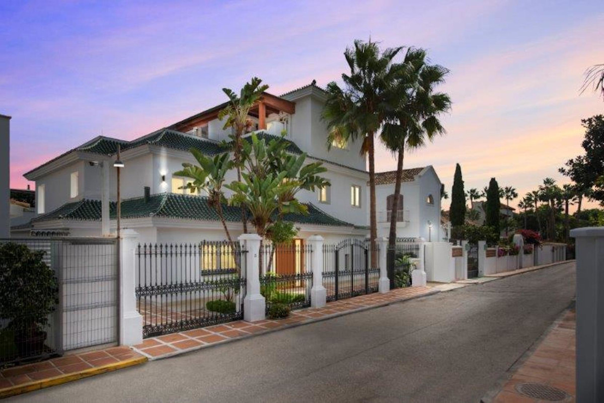 Completely renovated 2nd line beach villa in Puente Romano, Golden Mile, Marbella. Built on 3 levels, Spain