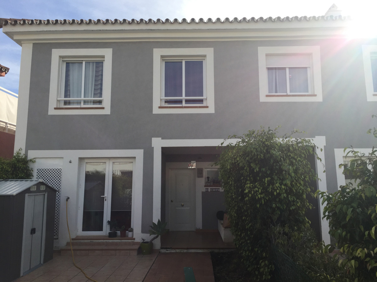 Townhouse of 160 m2, 3 bedrooms and 3 bathrooms, terrace, fully equipped kitchen, own private garden, Spain