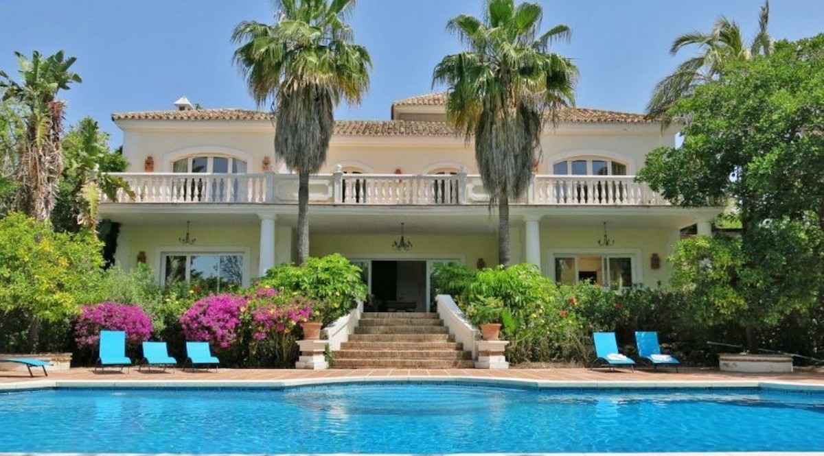 Elegant villa with a plot of 2150 m2, total area of 650 m2, large terraces of 400m2 and includes 4 b, Spain