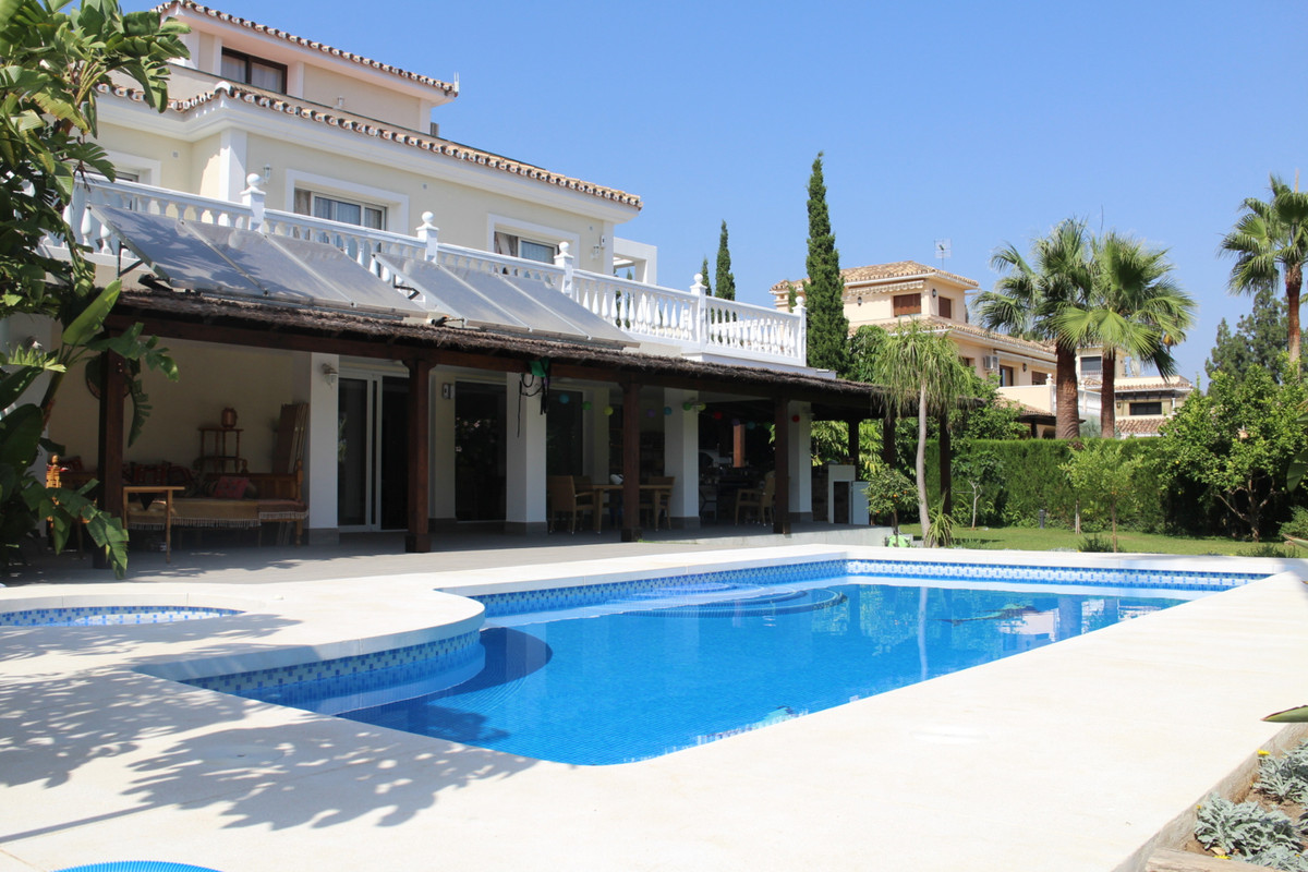 Wonderful detached villa, 3600 m2, with a plot of 1050 m2, with partial views to the sea and mountai,Spain