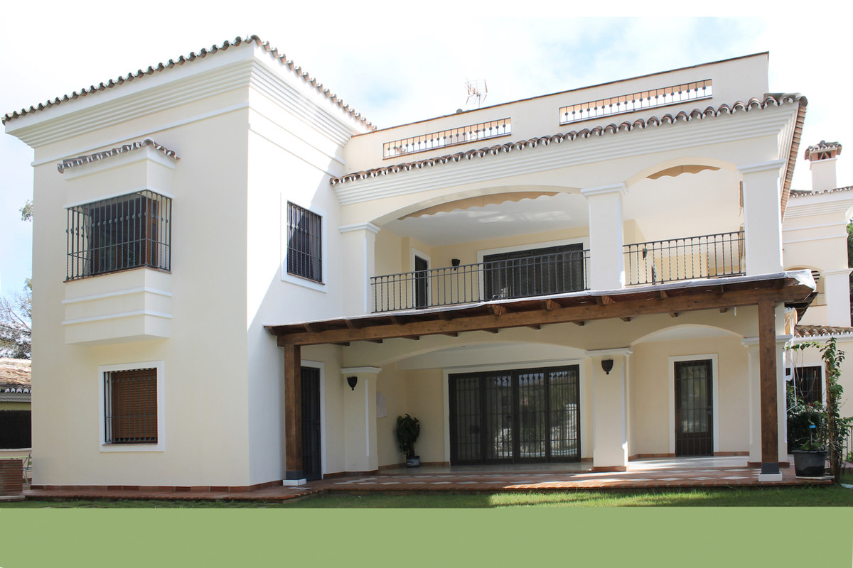 Villa in Marbella area El Rosario.  Independent detached house comprising entrance hall octagonal, i, Spain